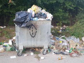 Улица в Самуил е зарината с боклуци