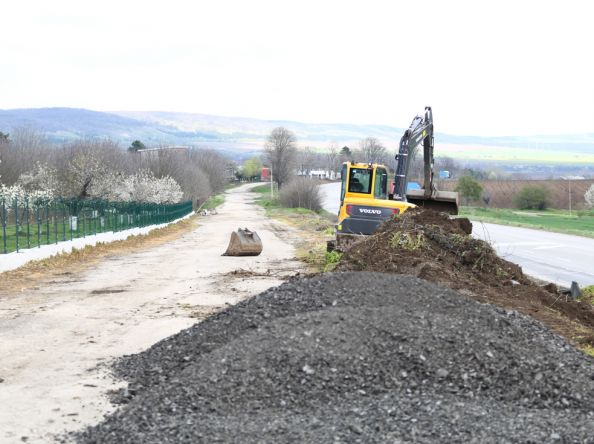 Фирми ремонтират със собствени средства пътя към селскостопанския двор на село Осенец