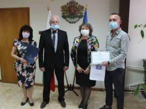 """МБАЛ """"Свети Иван Рилски"""" и д-р Коларов с грамоти за принос към имунизацията срещу COVID-19"""
