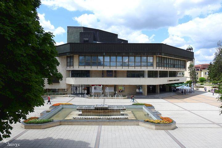 Razgrad-Nov-Teatar-OKTS-tsentar-fontani-ploshtad.jpg
