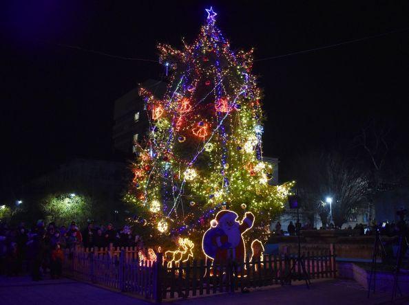 Четири деца-призьори от конкурси включиха светлините на Градската коледна елха