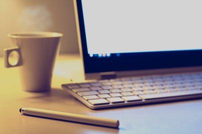 kafe-laptop-klaviatura-pisalka.jpg