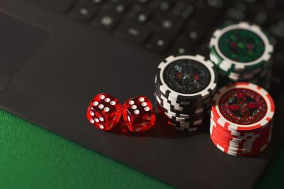 onlajn-kazino-ruletka-laptop.jpg