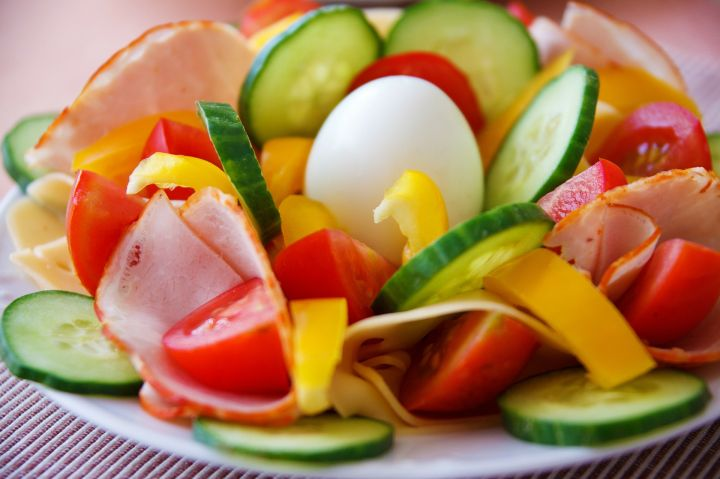 zakuska-meso-zelenchutsi-salata.jpg